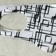 מסכה משמחת- דגם ריבועים שחורים על רקע לבן