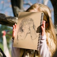 מחברת רישום- סקצ'בוק- דגם ילדה מציצה
